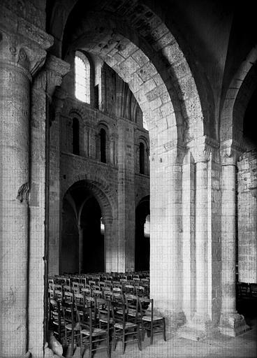 Eglise : grande arcade de la nef vue du collatéral sud