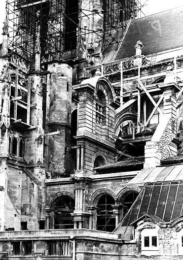 Travaux de restauration à l'angle du croisillon sud et de l'abside