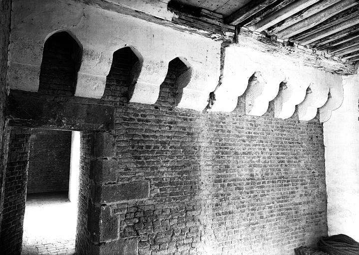 Deuxième étage, aile ouest, donjon, machicoulis : vue prise de la pièce du deuxième étage de la construction ajoutée au 15e siècle