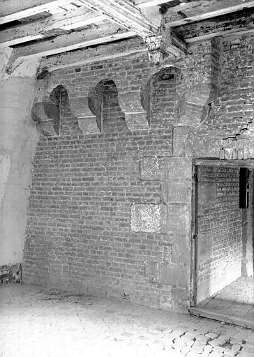 Intérieur, mur et plafond : départ de poutres avec soutènement en pierre