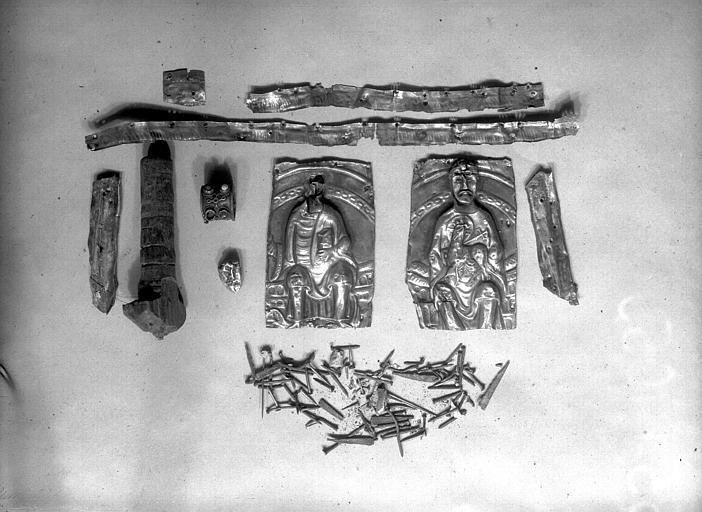 Lanterne de saint Vincent dite de Bégon, fragments après démontage : clous en fer qui tenaient les plaques de métal