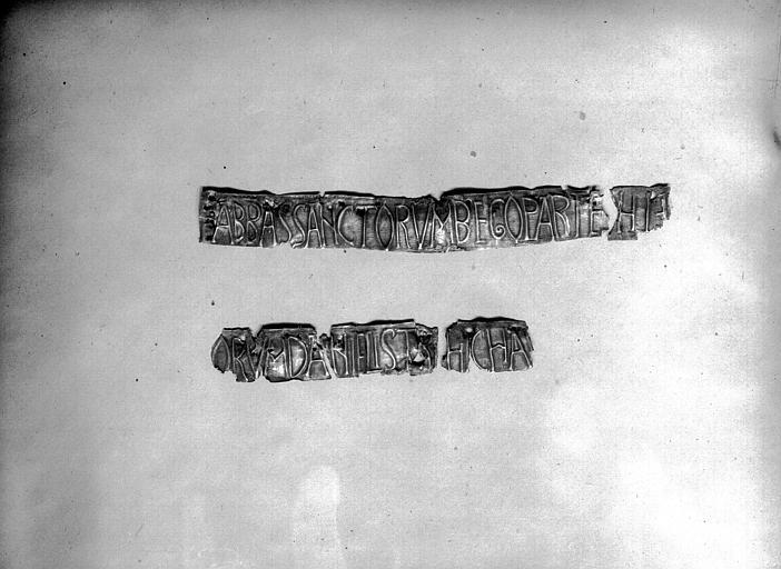 Lanterne de saint Vincent dite de Bégon, fragments après démontage, inscription de Bégon : Abbe Sanctorum Bego