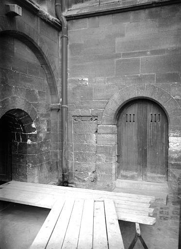 Extérieur : angle formé par le mur nord du choeur et le mur est du croisillon nord à la hauteur de la crypte