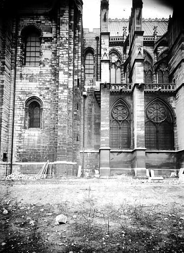 Extérieur : jonction du massif ouest et de l'église du 13e siècle, côté sud