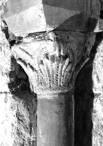 Crypte : chapiteau mérovingien côté sud