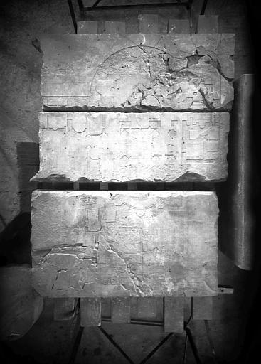 Plan du Sépulcre de Jérusalem retrouvé sous le dallage du croisillon nord de l'abbatiale, pierre sculptée