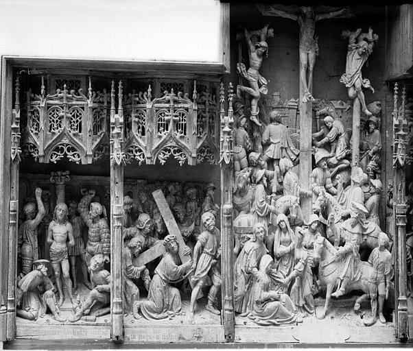 Retable en bois sculpté, école flamande, parties à dextre et centrale : Flagellation, Portement de Croix, Crucifixion