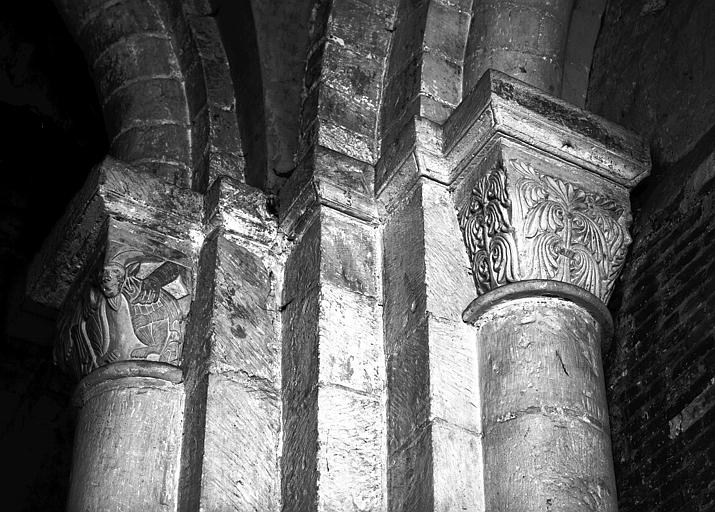 Chapiteaux dont l'un signé Britus, pile médiane entre le choeur et le collatéral sud, faces ouest et sud