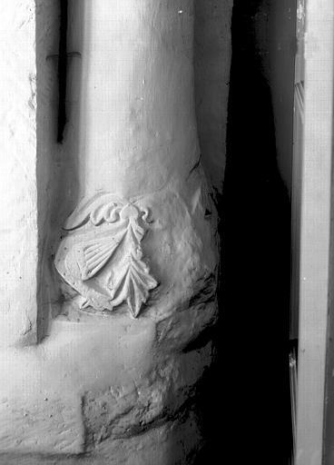 Chapiteau du collatéral nord du choeur, première travée, colonnette est de la fenêtre