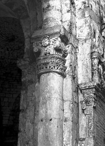 Base de la colonne nord à l'entrée de la chapelle du collatéral sud du choeur