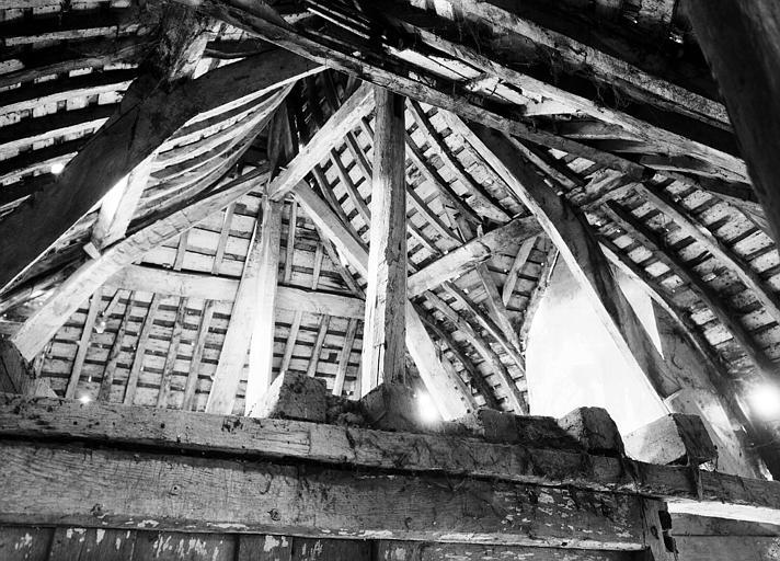 Charpente de la toiture d'une des tours d'entrée