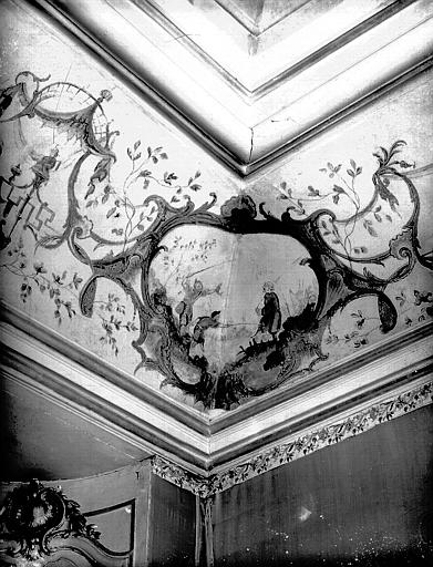 Intérieur : décoration d'un angle de la corniche du plafond
