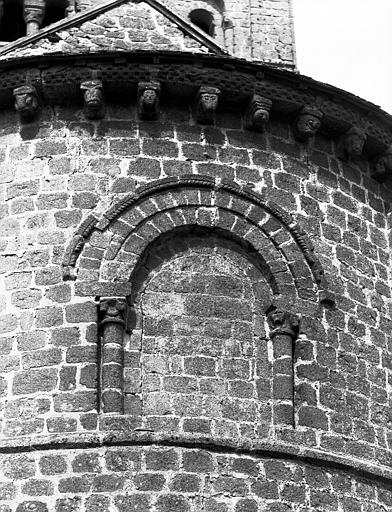 Extérieur : abside, fenêtre aveugle axiale
