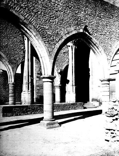 Intérieur : nef de l'ancienne église et grandes arcades sud