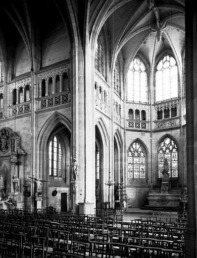 Intérieur : pile nord-est de la croisée, abside et croisillon nord
