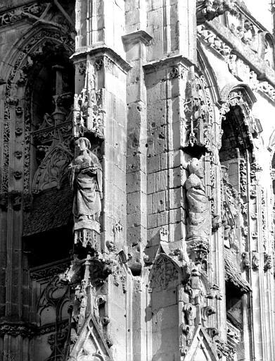 Tour ouest : détails des contreforts de l'angle nord-ouest