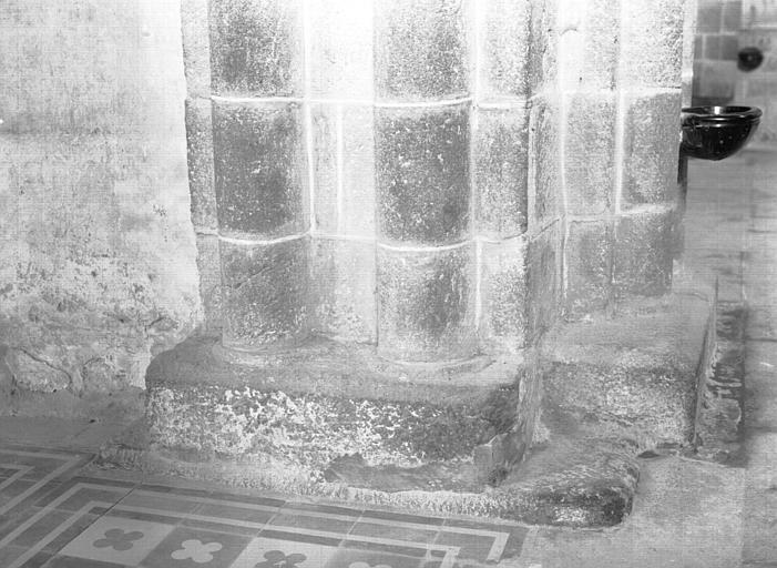 Pile nord-est de la croisée : base des colonnes jumelées côté collatéral nord