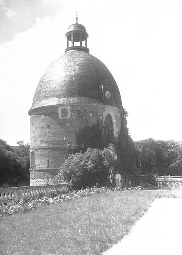 Tour flanquant l'entrée à gauche : chapelle côté cour