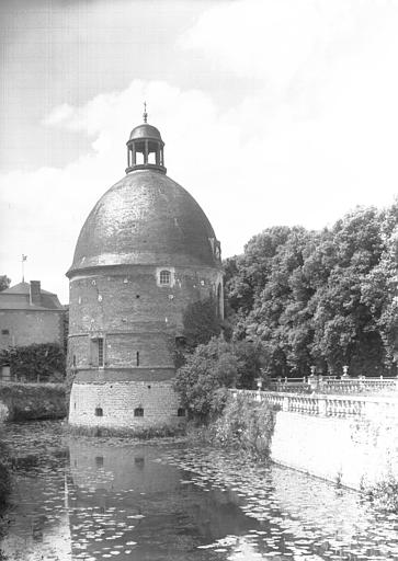 Tour flanquant l'entrée à gauche : chapelle côté douves