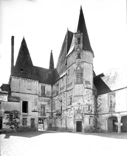 Cour intérieure : vers l'entrée