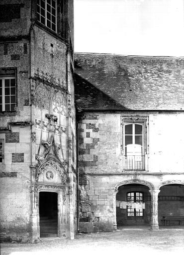 Cour intérieure : tourelle et début de la galerie à gauche de l'entrée
