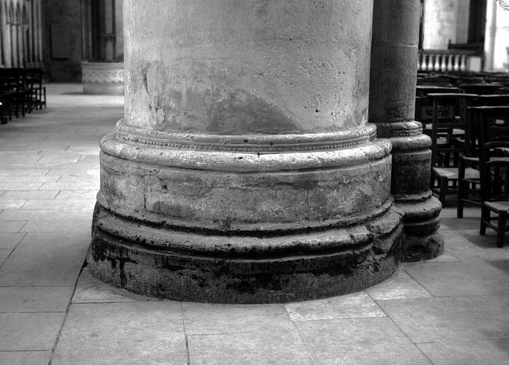 Base d'une colonne de la nef, côté sud