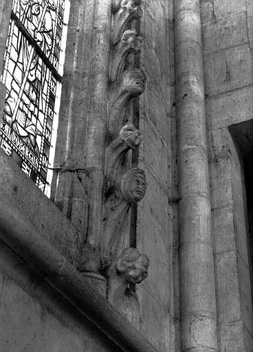 Croisillon nord : crochets à figures le long des jambages de fenêtres