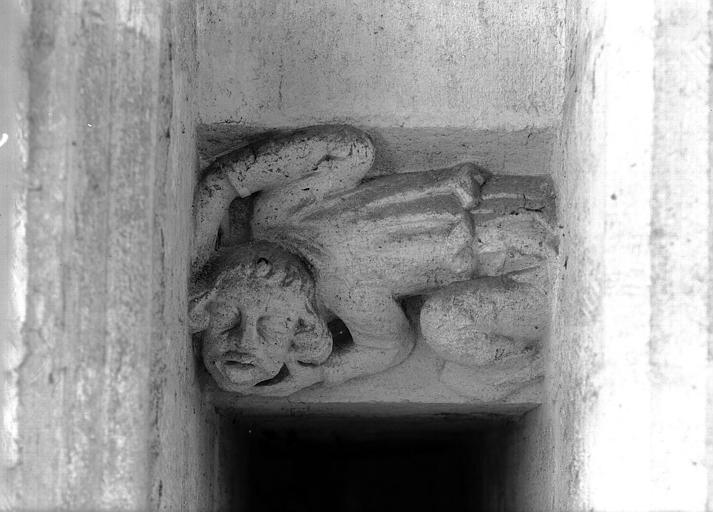 Choeur, triforium : grotesque au-dessus d'un passage