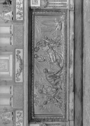 Croisée, maître-autel, tombeau de l'autel côté nef, bas relief en bronze doré : Mise au Tombeau