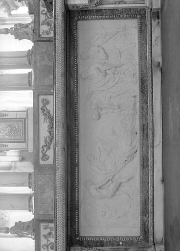 Croisée, maître-autel, tombeau côté choeur, bas relief en marbre blanc : Invention des corps