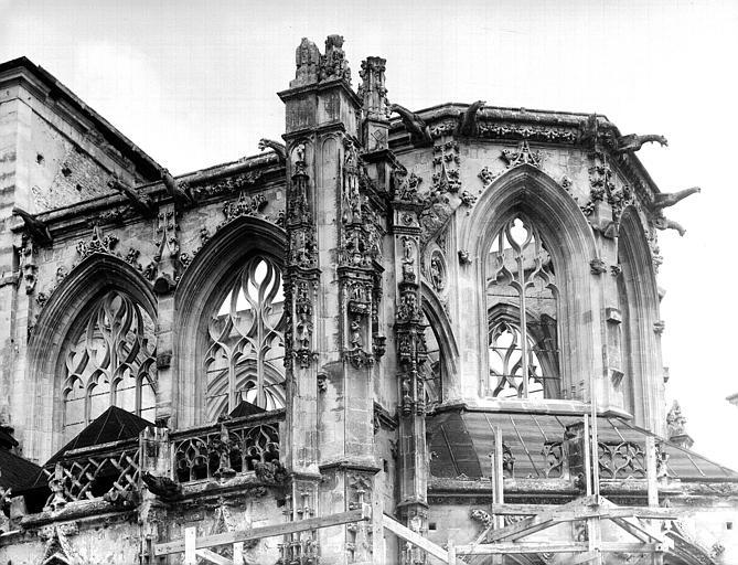 Extérieur de l'abside, côté sud : partie supérieure non restaurée