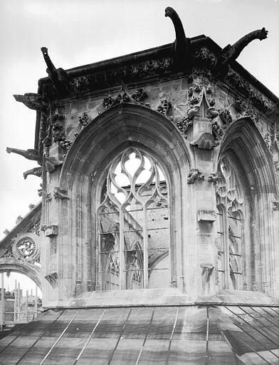 Extérieur de l'abside, côté est : partie supérieure non restaurée