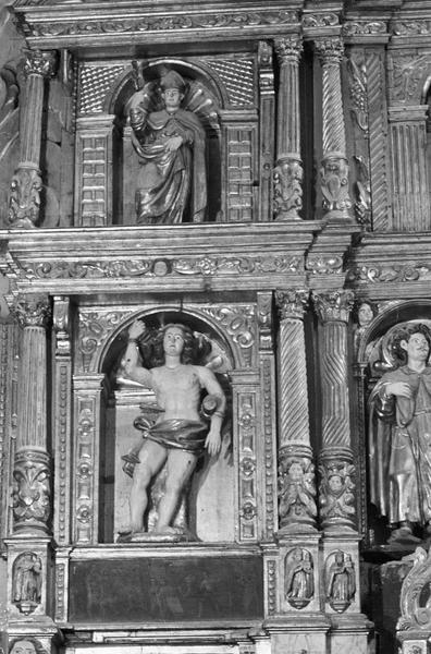 Retable du maître-autel, détail partie gauche : niches avec statues de saint Sébastien et d'un évêque
