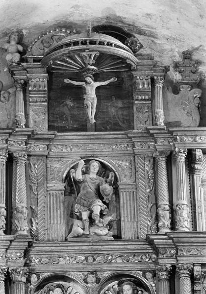Retable du maître-autel, détail partie centrale : niches avec statues de saint Michel et le Christ en croix sur fond peint