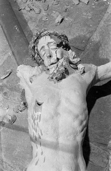 Christ en croix en bois polychrome, détail : buste et tête vermoulus