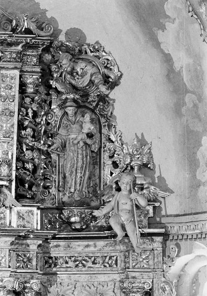 Retable du maître-autel, détail de la partie supérieure droite : niche avec statue de saint Antoine de Padoue portant l'enfant Jésus surmontée d'un buste de saint Paul