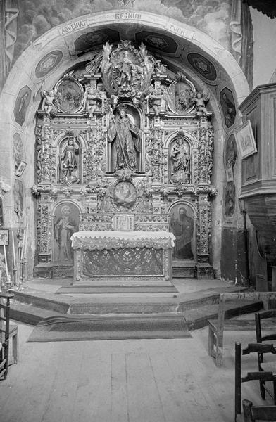 Intérieur : choeur avec maître-autel et retable