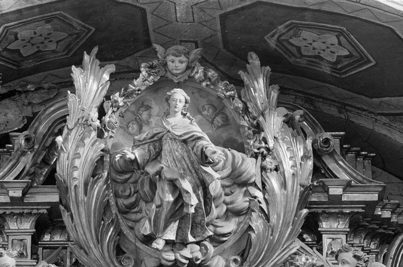 Retable du maître-autel, couronnement de la partie centrale : statue de la Vierge debout sur des nuages