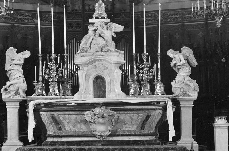 Maître-autel entouré de deux statues représentant les anges adorateurs