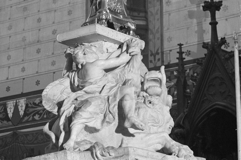 Groupe sculpté : les symboles des évangélistes, de trois quarts droit