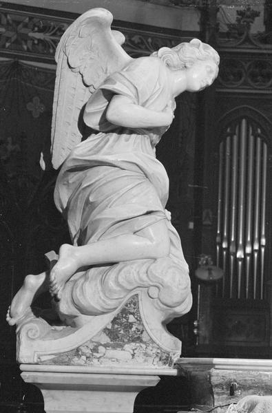 Statue : ange adorateur (à gauche du maître-autel), profil droit