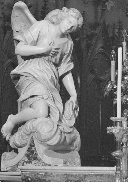 Statue : ange adorateur (à gauche du maître-autel), de trois quarts droit