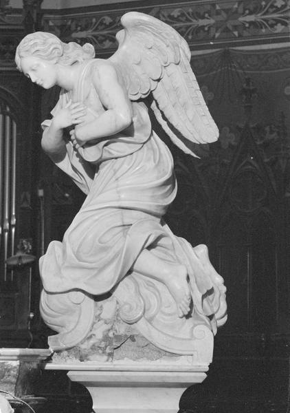 Statue : ange adorateur (à droite du maître-autel), profil gauche