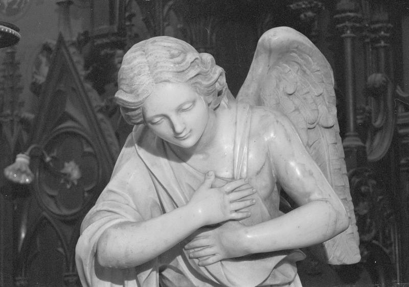 Statue : ange adorateur (à droite du maître-autel), détail du buste