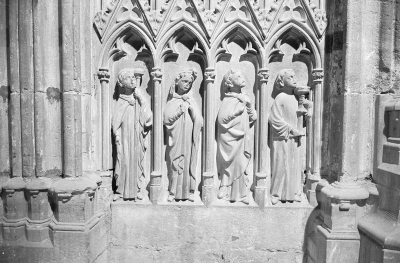 Monument funéraire de Pierre de Roquefort, soubassement en haut-relief (à droite) : quatre personnages sous ogives