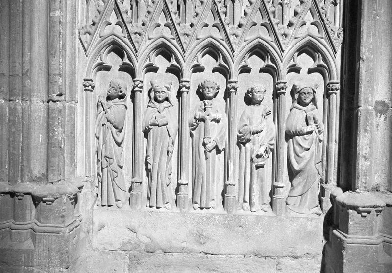 Monument funéraire de Pierre de Roquefort, soubassement en haut-relief (au centre) : cinq personnages sous ogives