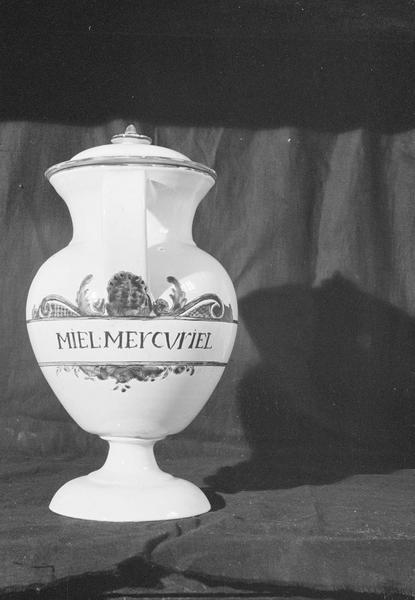 Pot à pharmacie en faïence de Marseille avec inscription 'Miel Mercuriel', de face
