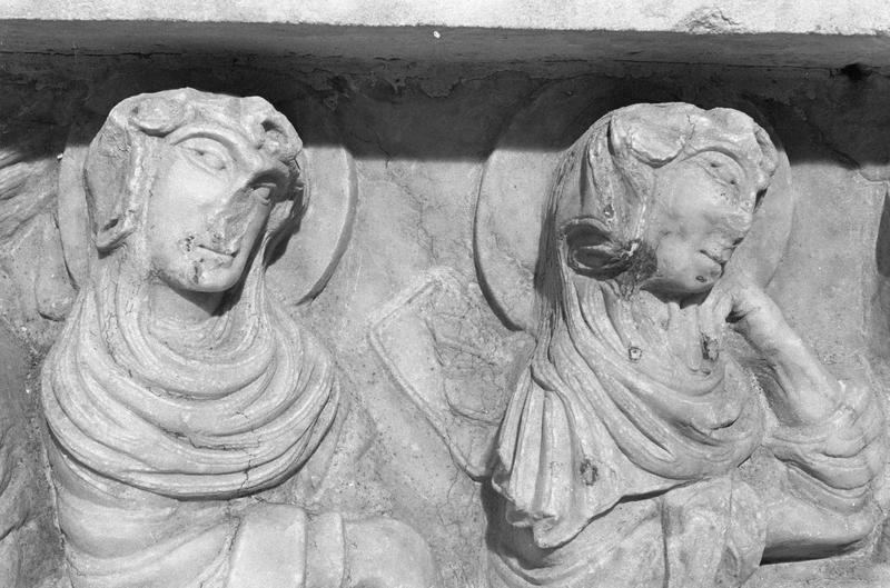 Sarcophage servant d'autel, face avant côté gauche : détail de la scène du martyre de saint Sernin, deux jeunes vierges