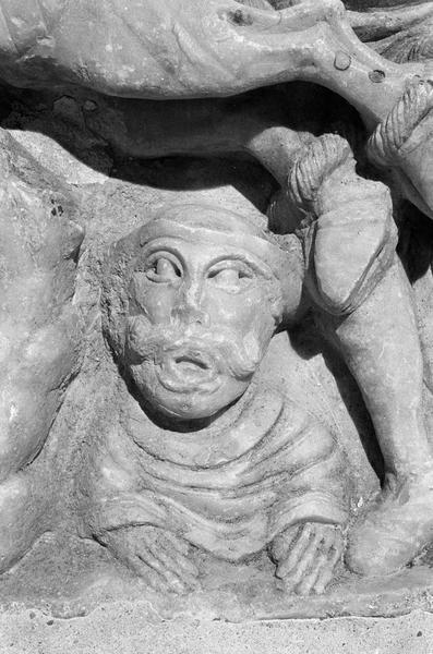 Sarcophage servant d'autel, face avant côté gauche : détail de la scène du martyre de saint Sernin,  buste d'un homme sous le taureau
