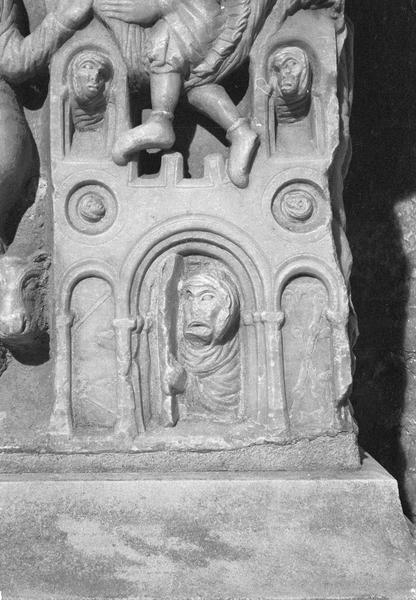 Sarcophage servant d'autel, face avant côté droit : détail de la scène de l'arrestation de saint Sernin évangélisateur, personnages dans un bâtiment